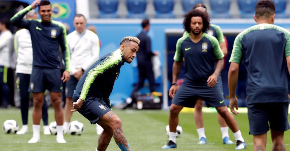 Neymar participa da roda de bobinho durante treino