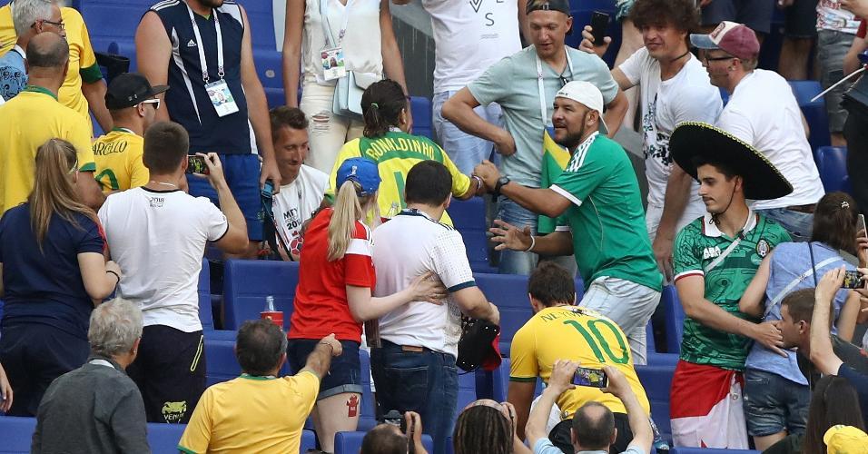 Torcedores do Brasil e do México discutem na arquibancada da Arena Samara