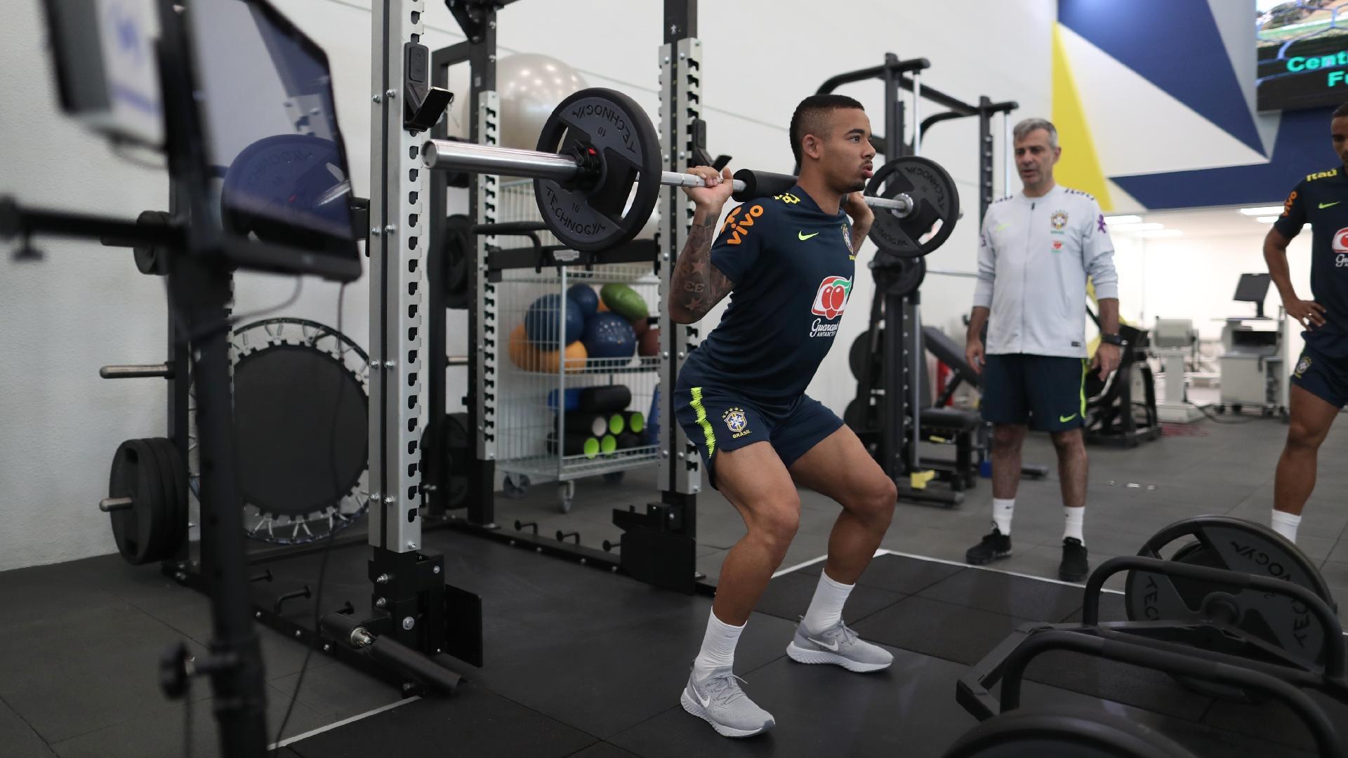Gabriel Jesus participa de treino físico na academia da Granja Comary