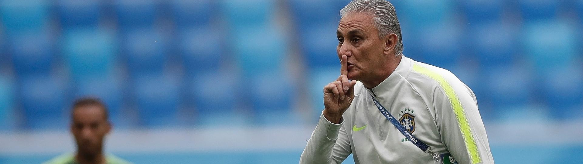 Tite gesticula durante treino da seleção brasileira