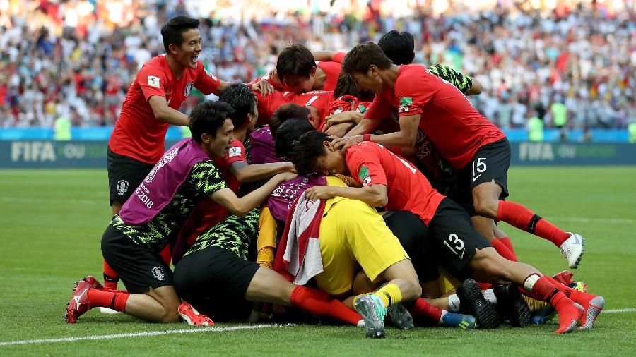 Jogadores da Coreia do Sul comemoram o gol de Son Heung-Mi - Getty Images