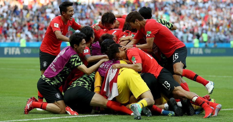 Jogadores da Coreia do Sul comemoram o gol de Son Heung-Mi