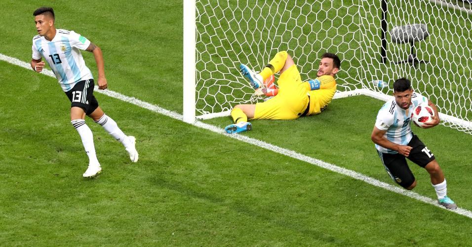 Sergio Aguero busca a bola depois de fazer o terceiro gol da Argentina contra a França