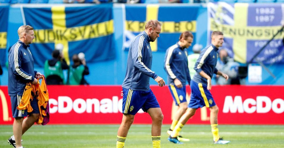 Elenco da Suécia se prepara em campo antes de enfrentar a Suíça