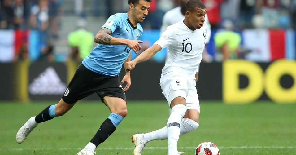 Matias Vecino tenta recuperar a bola de Kylian Mbappé