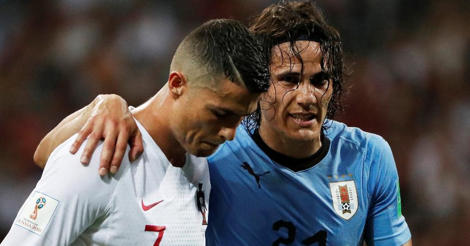 Cavani, do Uruguai, sai de campo com a ajuda de Cristiano Ronaldo, de Portugal, depois de sentir dores