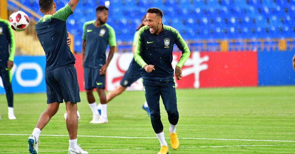 Neymar dá risada durante treino da seleção brasileira em Kazan