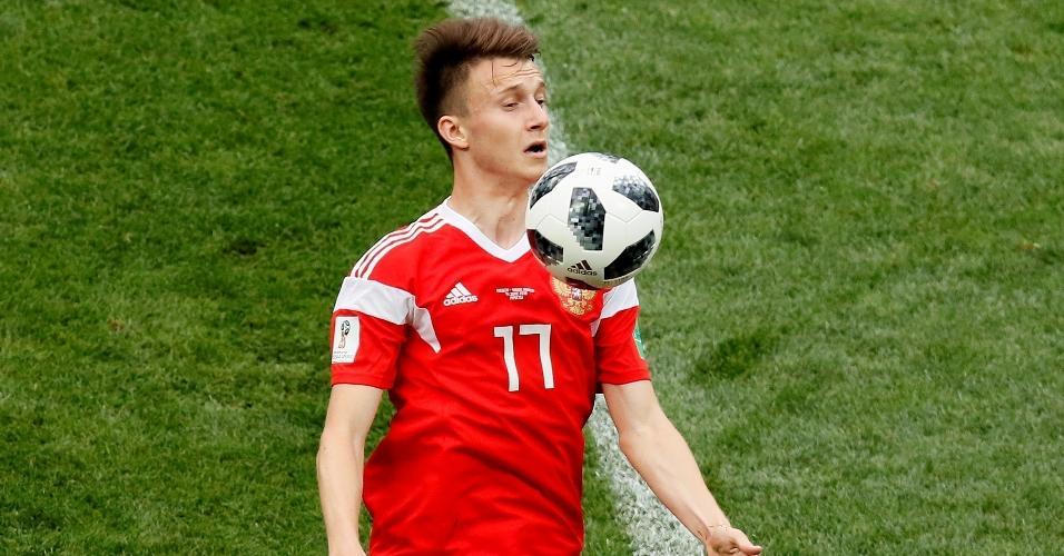 Aleksandr Golovin domina a bola em jogo contra a Arábia Saudita