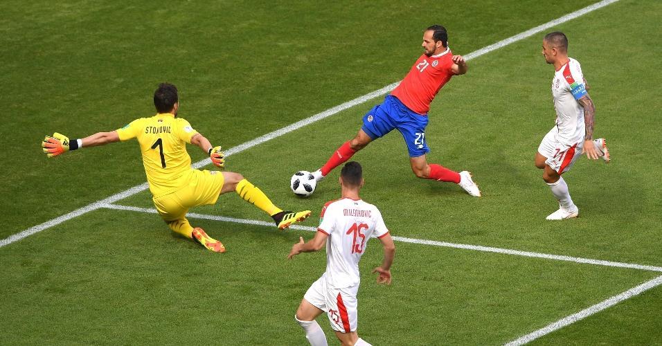 Marcos Urena, de Costa Rica, ameaça o gol da Sérvia