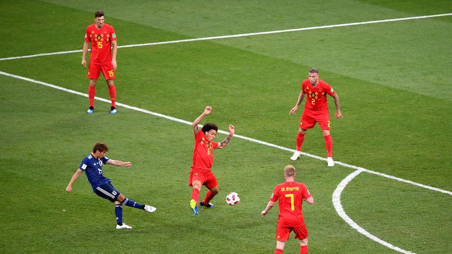 Takashi Inui, do Japão, em lance que rendeu o segundo gol da seleção sobre a Bélgica - Laurence Griffiths/Getty Images