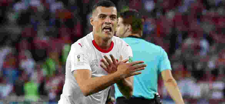 Granit Xhaka comemora gol da Suíça em duelo contra a Sérvia - Clive Rose/Getty Images