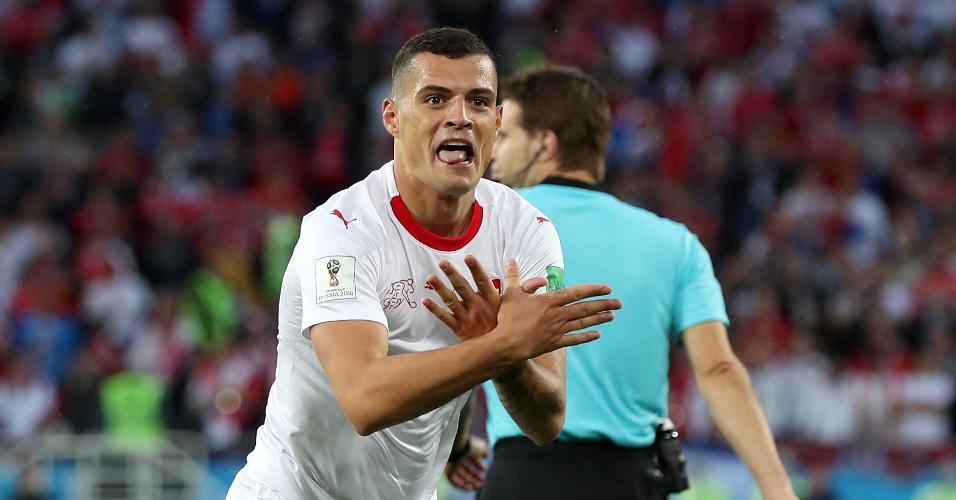 Granit Xhaka comemora gol da Suíça em duelo contra a Sérvia