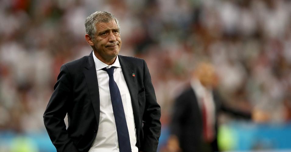 O técnico Fernando Santos observa os jogadores de Portugal contra o Irã