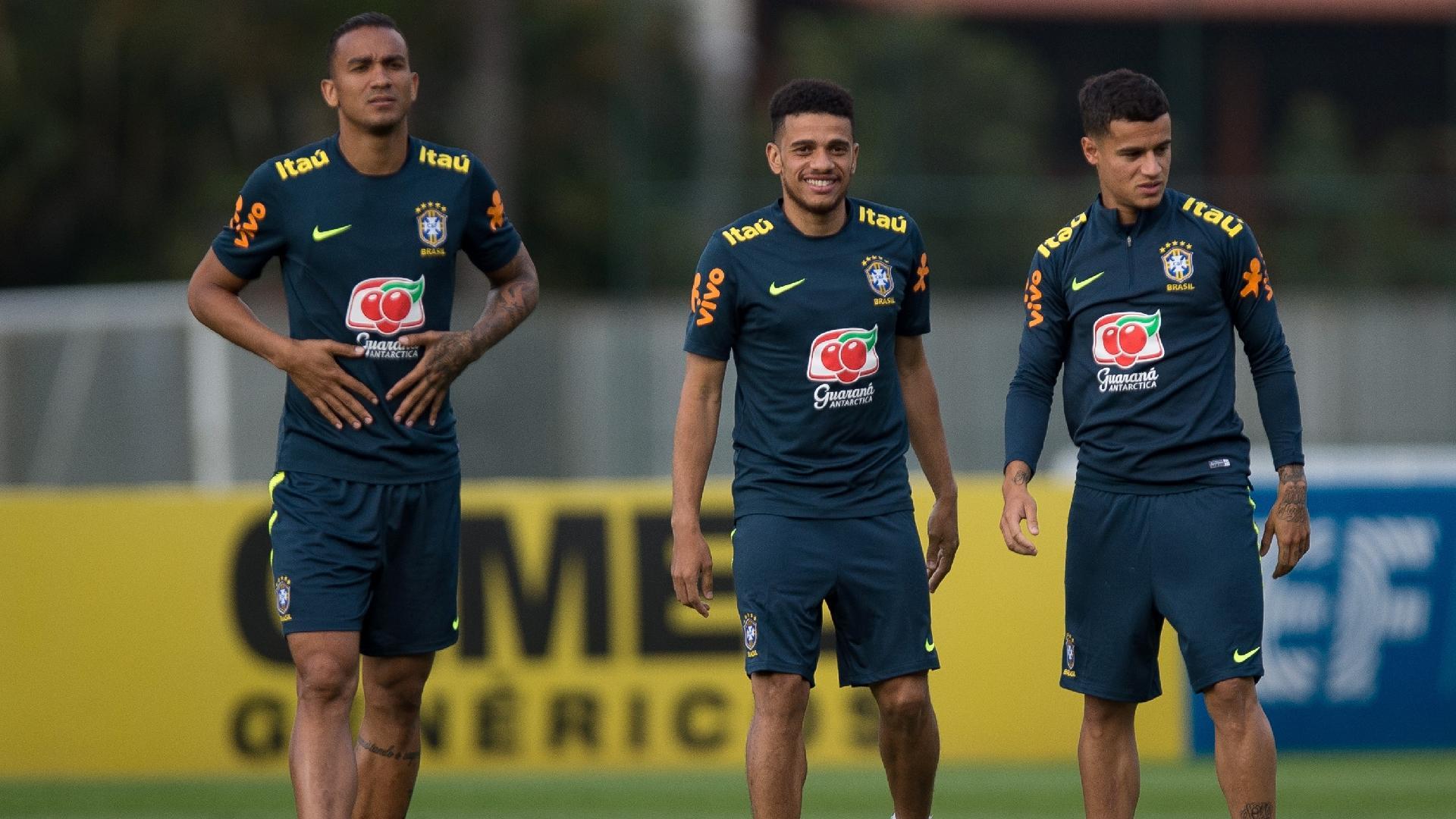 Danilo, Taison e Coutinho, em treino da seleção brasileira