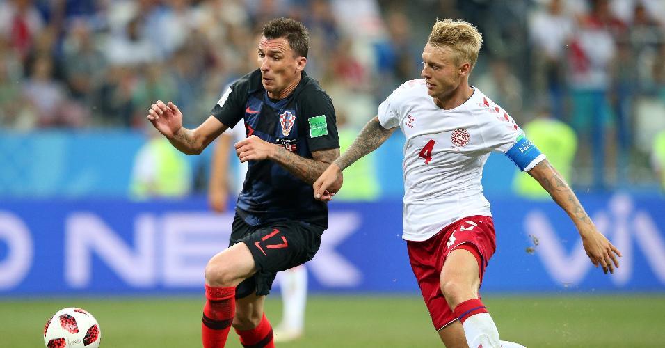 Mario Mandzukic disputa bola com Simon Kjaer no duelo entre Croácia e Dinamarca