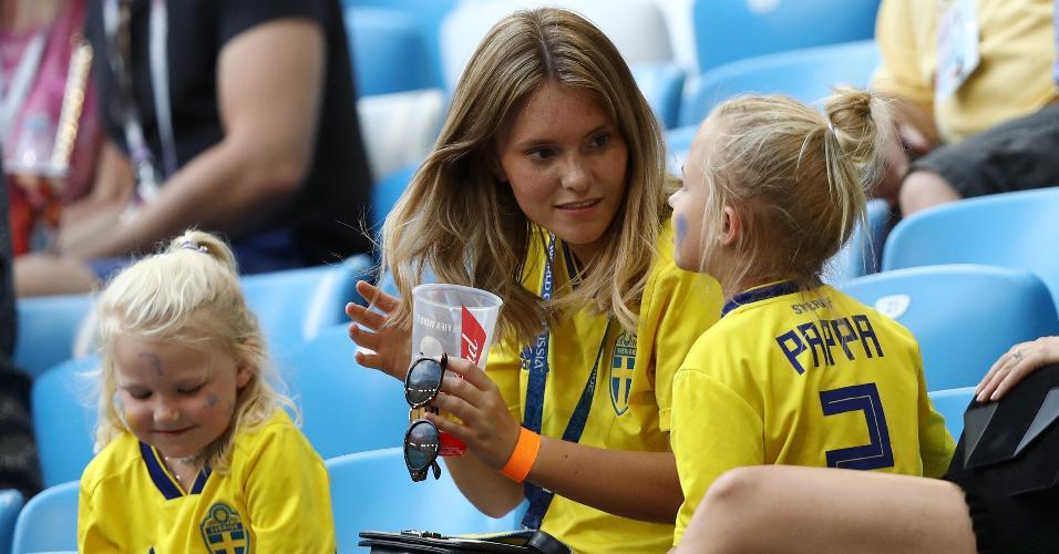 Josefin Johnsson, esposa do lateral Mikael Lustig, com as filhas dos dois; o nome na camisa delas é