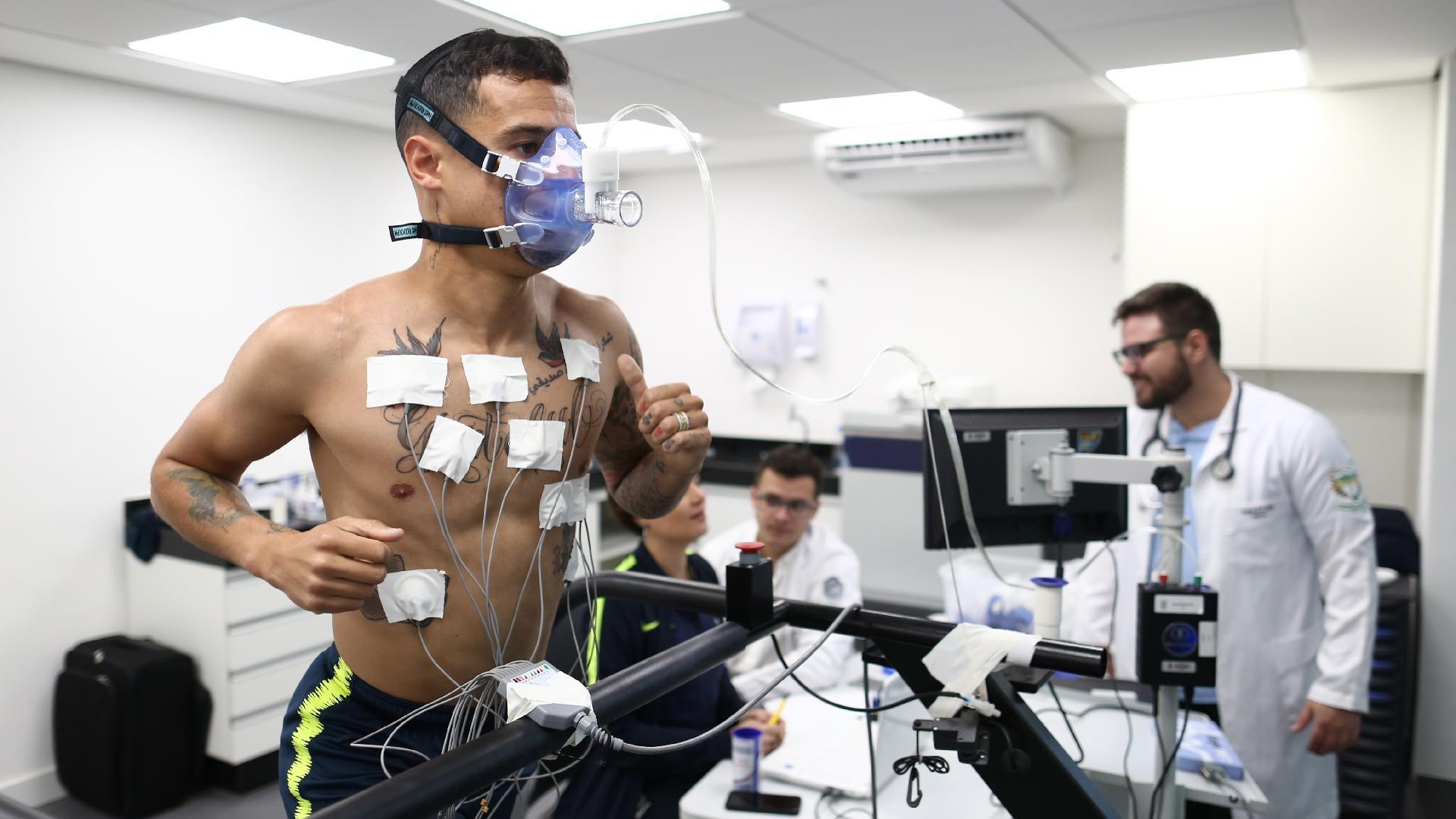 Philippe Coutinho passa por exame físico na Granja Comary