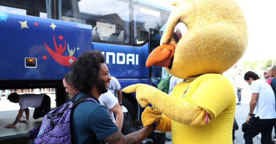 Marcelo se diverte com Canarinho na chegada a Kazan