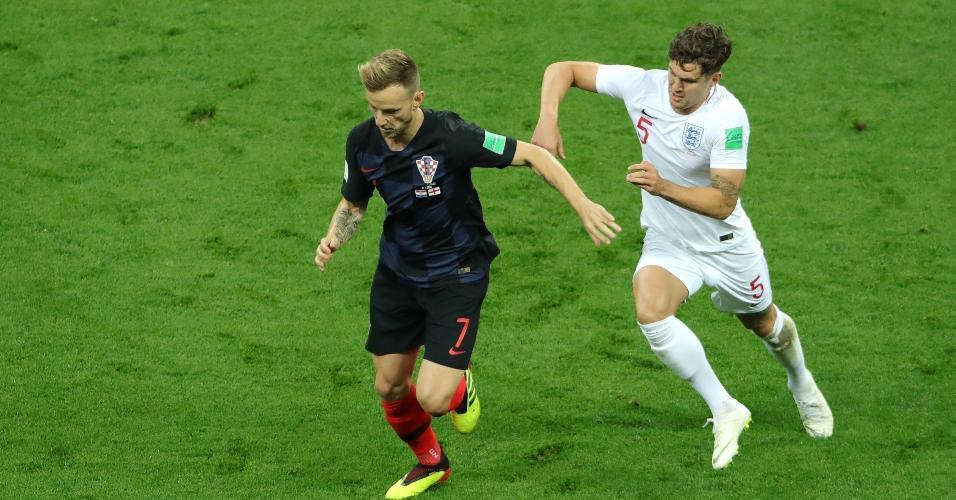 Ivan Rakitic, da Croácia, disputa bola com John Stones, da Inglaterra