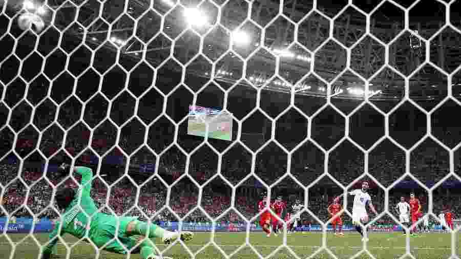 De pênalti, o costarriquenho Bryan Ruiz marca o segundo gol para sua equipe - Clive Brunskill/Getty Images