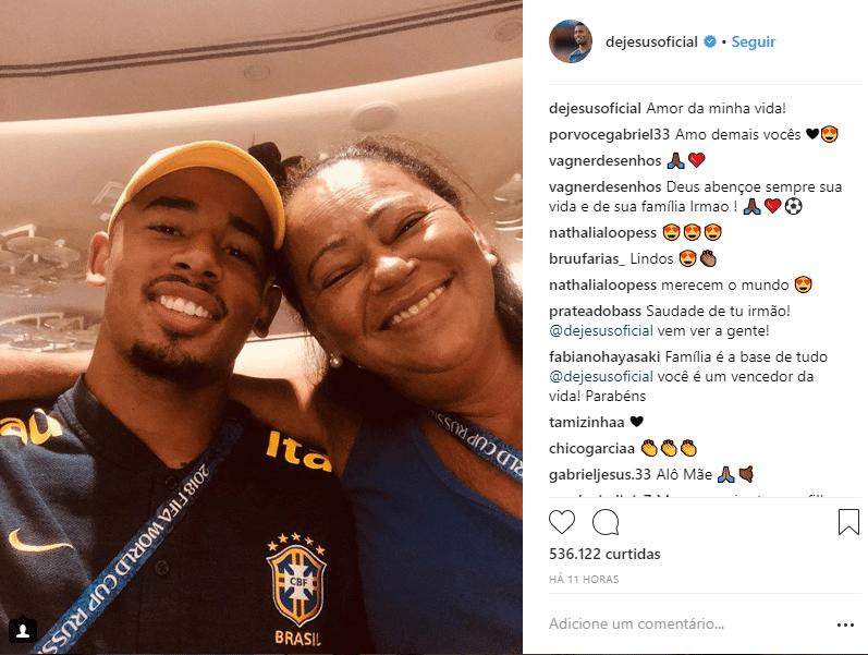 Gabriel Jesus visita a mãe após eliminação do Brasil na Copa