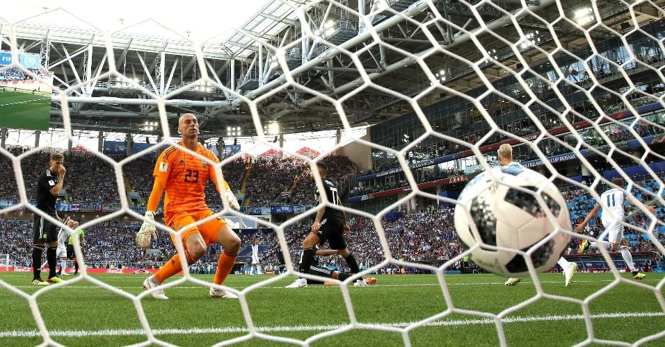 Goleiro da Argentina, Wilfredo Caballero lamenta após sofrer o gol de Alfred Finnbogason, da Islândia