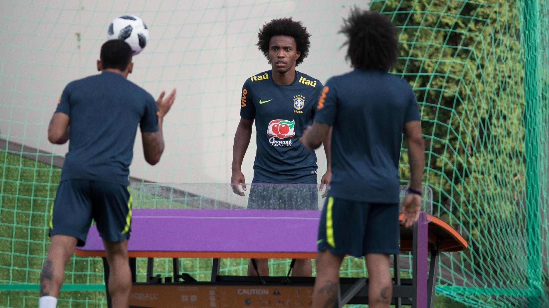 Gabriel Jesus, Marcelo e Willian jogam futmesa durante treino da seleção brasileira