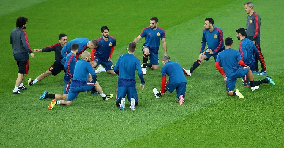 Seleção espanhola aquecendo antes do início do jogo contra o Marrocos