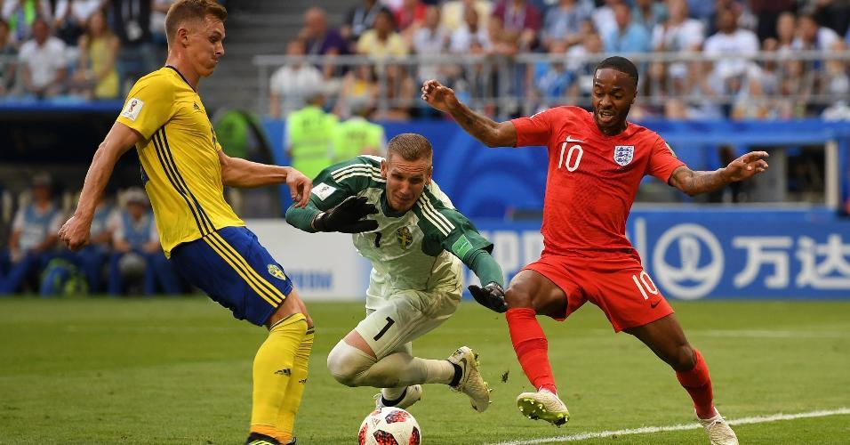 O goleiro da Suécia, Robin Olsen, toca a bola e evita boa chance de Sterling (ao fundo) para a Inglaterra