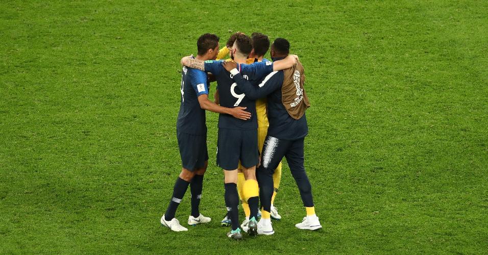 Jogadores franceses comemoram ida a final do Mundial