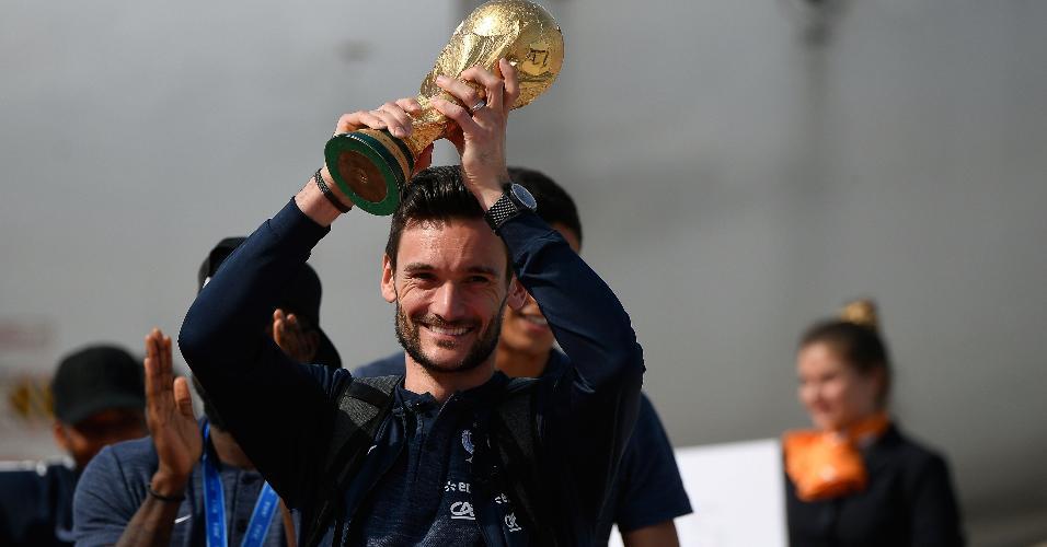 Hugo Lloris exibe a taça da Copa do Mundo no desembarque da seleção na França