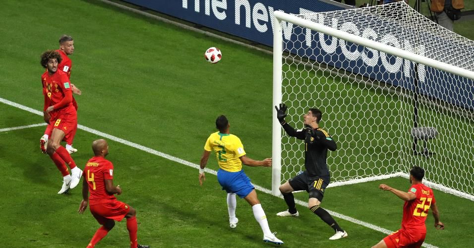 Desvio de Thiago Silva bate na trave no duelo entre Brasil e Bélgica