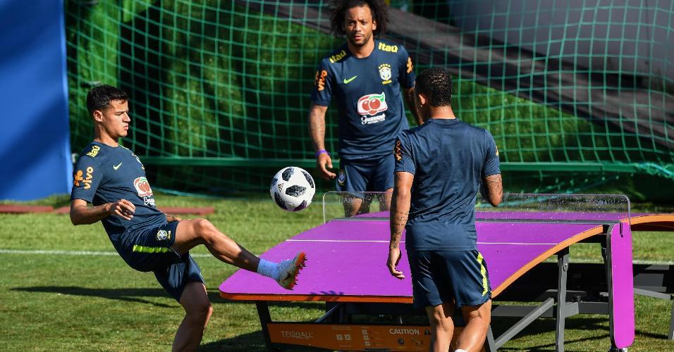 Coutinho, Willian e Gabriel Jesus jogam futmesa durante treino da seleção brasileira