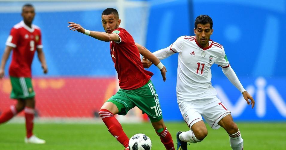 Hakim Ziyech, da seleção de Marrocos, tenta se livrar da marcação de Vahid Amiri, do Irã