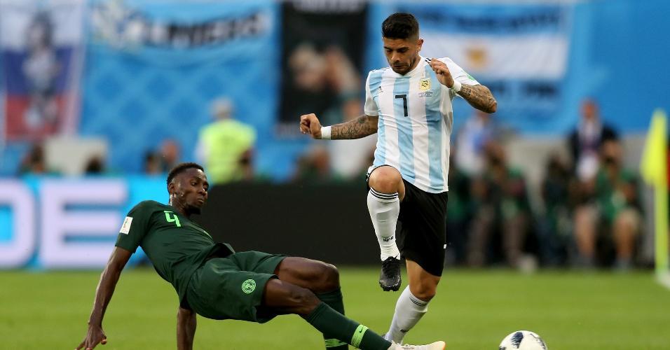 Wilfred Ndidi, da Nigéria, intercepta a bola de Éver Banega, da Argentina