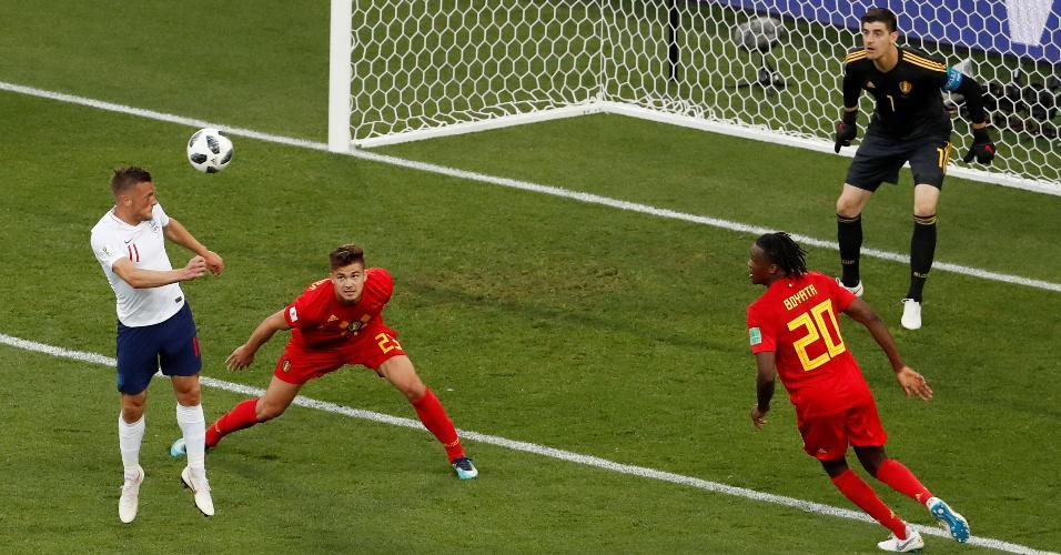 Defensores da Bélgica observam cabeceio de Jamie Vardy em tentativa da Inglaterra