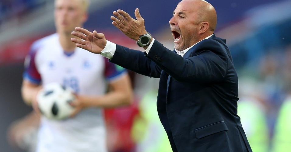 Técnico Jorge Sampaoli orienta seleção da Argentina durante jogo contra a Islândia