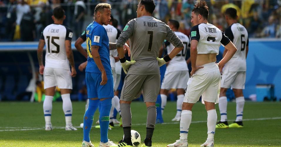 Neymar se preparava para bater o pênalti, mas arbitragem anulou cobrança, entendendo que não houve pênalti
