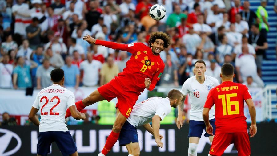 Marouane Fellaini, da Bélgica, ganha disputa pelo alto contra Eric Dier, da Inglaterra - Fabrizio Bensch/Reuters