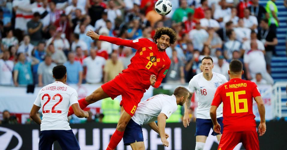 Marouane Fellaini, da Bélgica, ganha disputa pelo alto contra Eric Dier, da Inglaterra