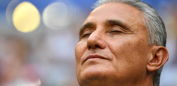 Tite ouve o hino nacional antes do jogo contra o México; treinador aceitou ficar até 2022 - Getty Images