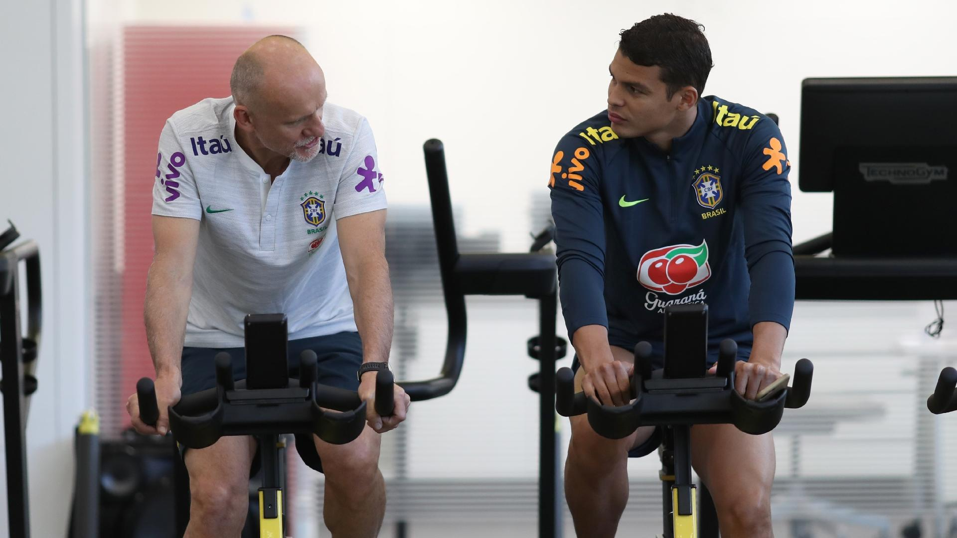 Thiago Silva faz atividade física junto com Taffarel, preparador de goleiros da seleção brasileira