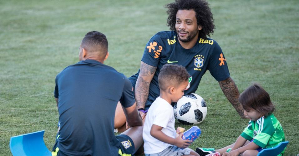 Filhos de Danilo e Marcelo acompanham os pais em treino da seleção brasileira