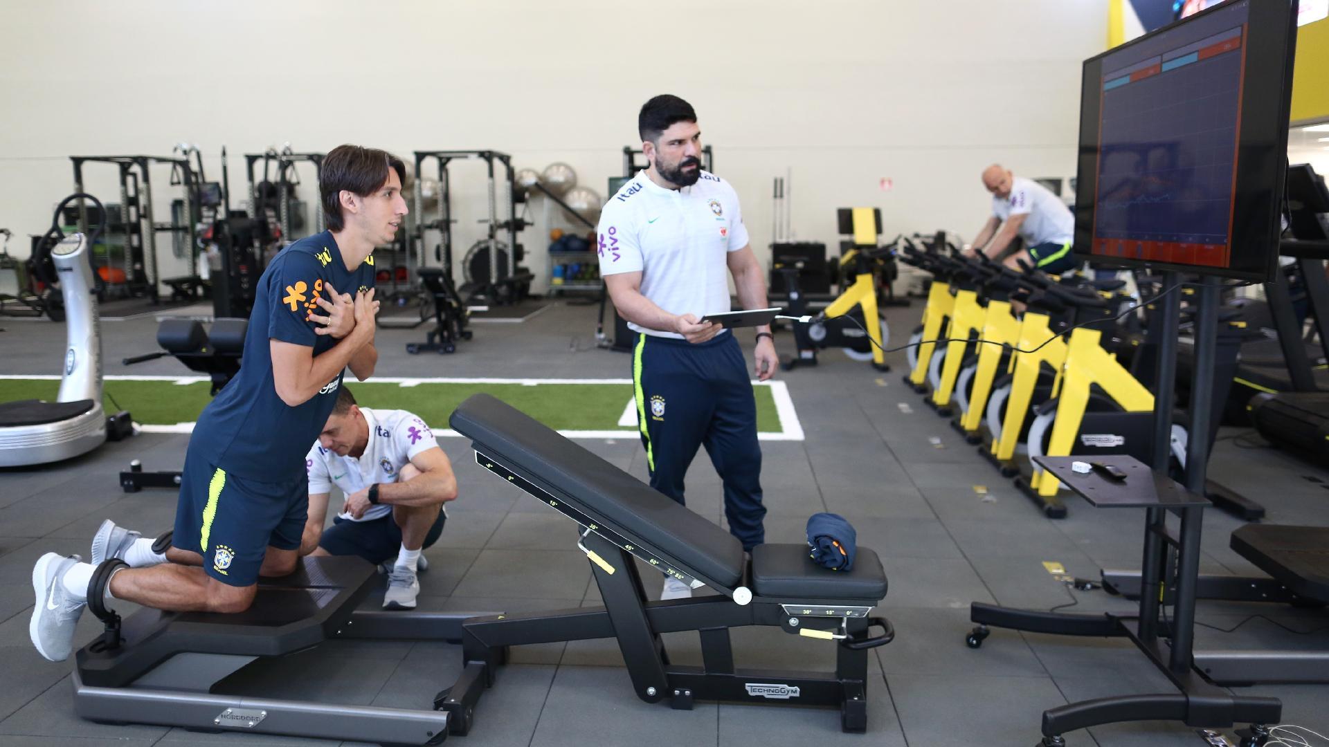 Fisioterapeuta Bruno Mazziotti acompanha desempenho do zagueiro Pedro Geromel em atividade física