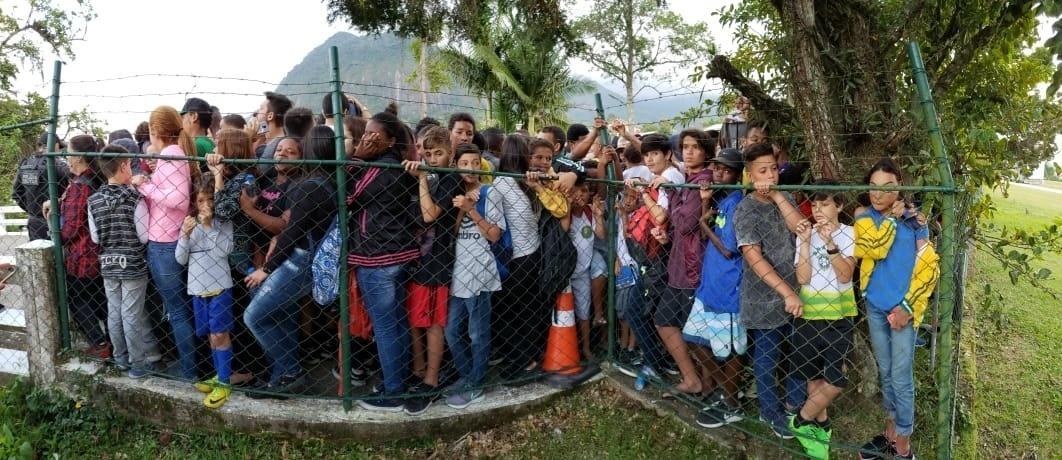 Torcedores se aglomeram para acompanhar o treino da seleção brasileira na Granja Comary
