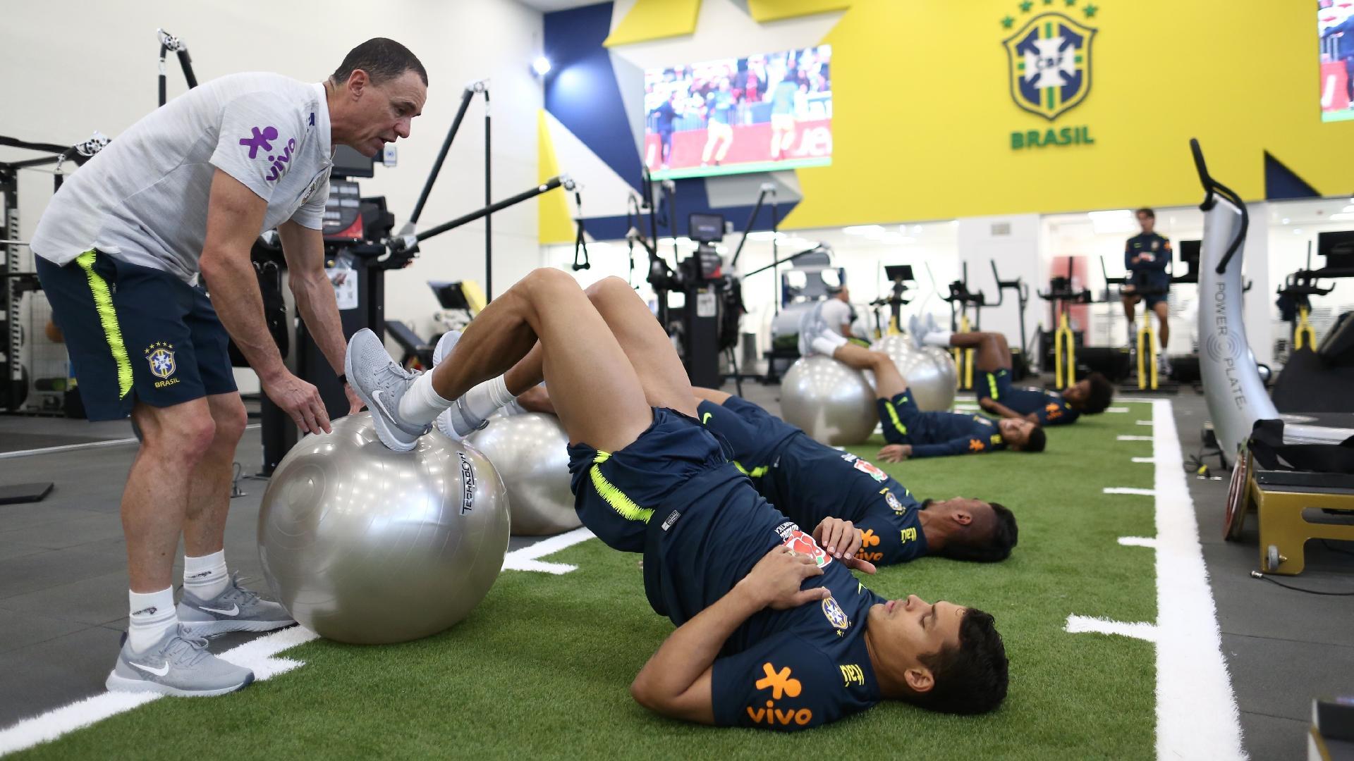 Thiago Silva e Paulinho fazem treino físico no centro de excelência da Granja Comary