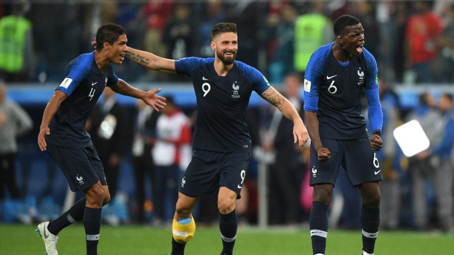 Raphael Varane e Paul Pogba comemoram gol da seleção francesa - Shaun Botterill/Getty Images