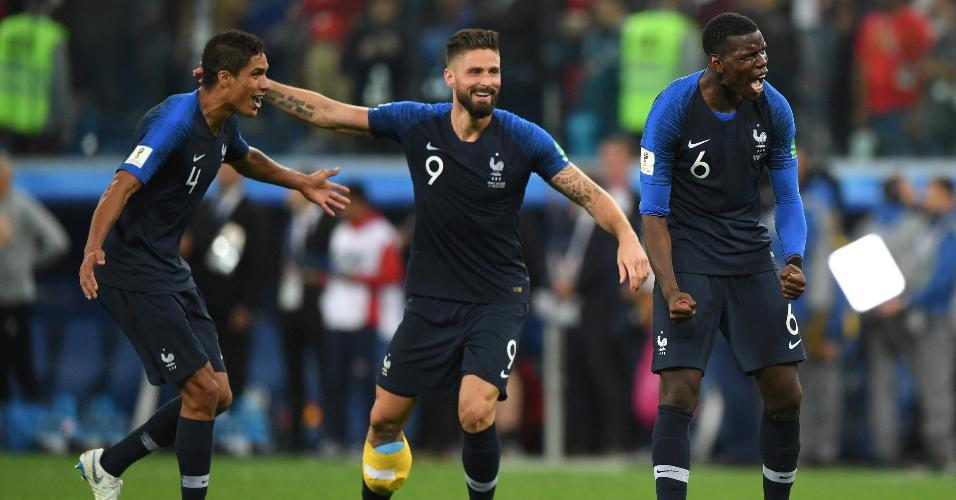 Raphael Varane, Olivier Giroud e Paul Pogba comemoram