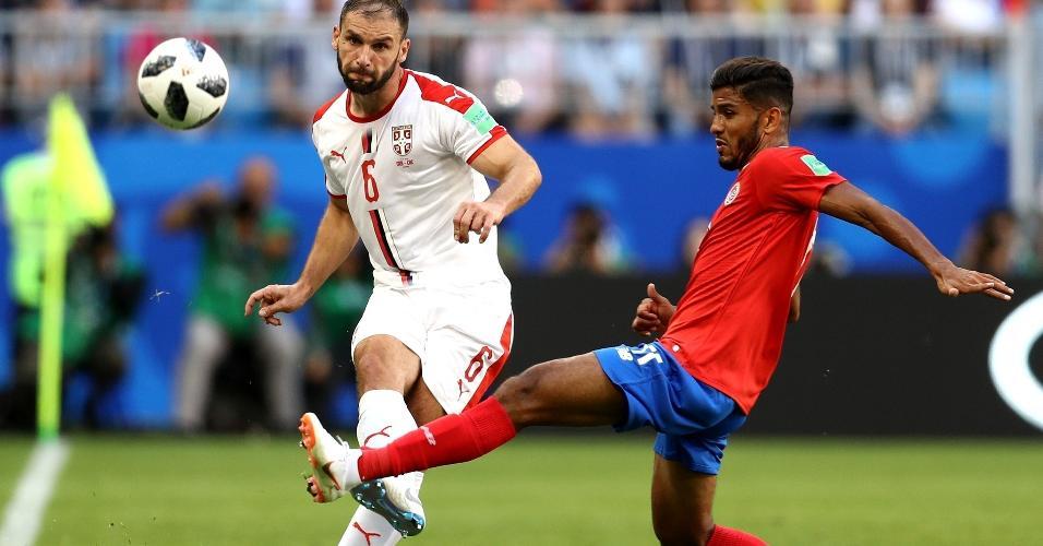 Branislav Ivanovic, da Sérvia, tenta escapar de marcação de Venegas na partida contra a Costa Rica
