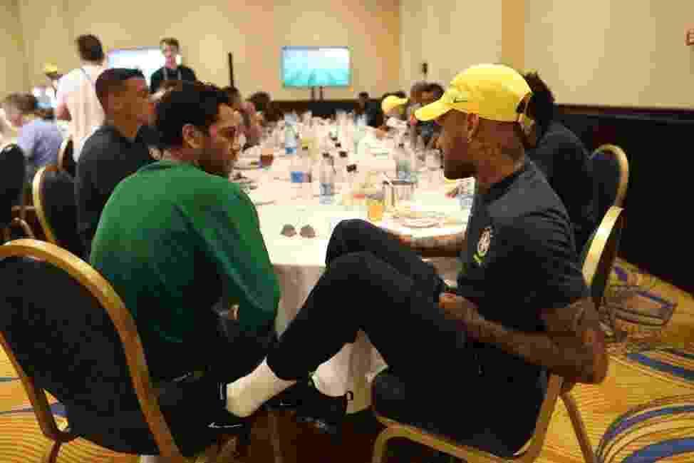 Dani Alves visitou o elenco da seleção brasileira nesta quarta-feira (27) - Lucas Figueiredo/CBF